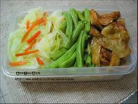 夏季蔬爽料理便當:滿足鮮蔬搭配酸辣燴麵腸