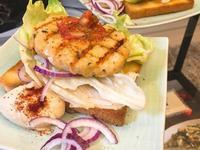 鮭魚排紫蔥萵苣生菜沙拉吐司佐hummus