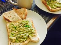 低卡酪梨佐鮪魚醬吐司