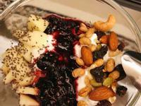 綜合堅果優格佐蜂蜜莓果醬