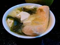 鮭魚海帶芽豆腐味噌湯