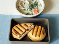 【早午餐】番茄起司帕里尼+蛤蜊巧達濃湯