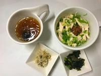超嫩雞絲飯。韓式海帶芽。日式牛蒡。便當菜