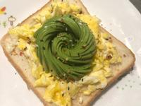 <健康早餐> 酪梨花蛋吐司