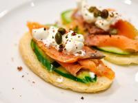 [超簡易假掰前菜] 燻鮭魚麵包 Salmon Crostini