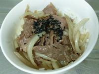 日式梅子風味洋蔥牛肉飯