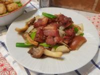 洋蔥鴻禧菇炒QQ紅麴五花肉片