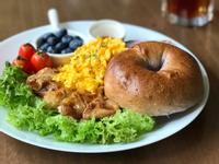 早餐吃什麼?黃金雞腿排+炒蛋+貝果