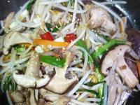 鐵板燒豚五花肉片酒香豆芽菜佐黑椒粒鮮香菇