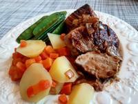 豬里肌排佐特製醬汁/荷蘭豆/紅蘿蔔泥