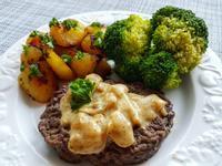 牛排佐自製洋蔥醬/蜂蜜芥末烤薯塊/花椰菜