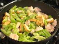 魚板炒芹菜🍥