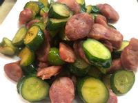 懶人料理便當菜簡單煮!雞腿肉香腸炒小黃瓜