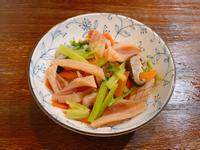 家常料理《芹菜炒魷魚》紅蘿蔔香菇