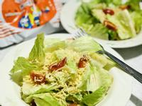 蕃茄羅美生菜炒泡麵溫沙拉。統一麵肉燥風味