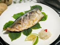 香烤薄鹽鯖魚佐紫蘇葉