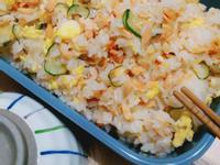 鮭魚雞蛋小黃瓜拌壽司