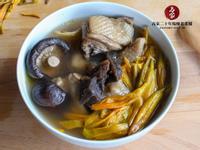 【老菜脯金針花香菇雞湯】湯頭清爽甘甜