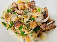 洋蔥拌炒香煎五花肉