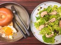 早午餐 嫩雞胸沙拉佐油醋、太陽蛋開心貝果