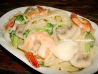 蒜香白醬海鮮義大利麵