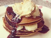 {平底鍋}。草莓香蕉冰淇淋煎餅。Piece of Pancake