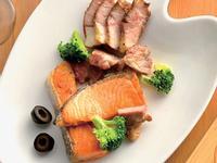 香草鮭魚排佐碳烤香料胛心肉