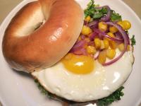 煎出漂亮太陽蛋! 玉米洋蔥太陽蛋貝果餐~