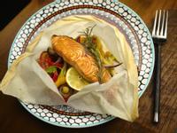 迷迭香紙包烤鮭魚 454卡