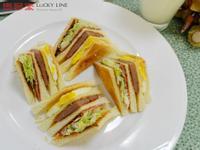 【樂客來】早午餐之~牛肉培根總匯三明治