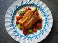 香煎鮭魚酪梨番茄沙拉 395卡