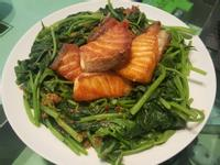 乾煎鮭魚佐XO醬地瓜葉