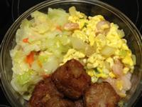 老公的便當菜 清冰箱料理: 高麗菜、洋蔥蝦仁炒蛋、婆婆的愛心雞捲