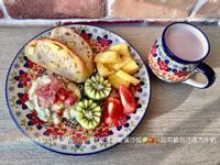 培根馬鈴薯蛋沙拉🥝🍅🍍起司歐包牛奶