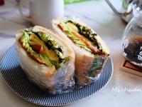 喜歡這種有菜有番茄還有酪梨跟蛋的三明治