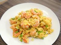洋蔥蝦仁炒蛋。十分鐘上菜!