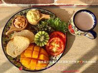 鮭魚蛋沙拉佐生菜乳酪軟法芒果🥝🍅牛奶