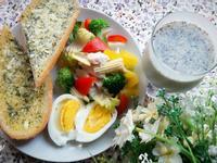 健康早餐~香蒜麵包+蔬菜雞肉沙拉+豆奶