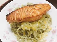 羅勒青醬意麵配七分熟香煎鮭魚