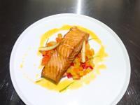 香煎鮭魚佐季節時蔬.白酒百香醬