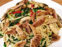 肉排洋菇炒麵
