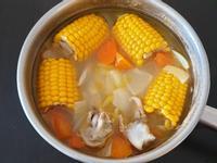 玉米洋蔥蘿蔔雞骨湯