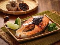 香煎鮭魚佐黑蒜