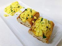 起司與美式炒蛋鑲法國麵包