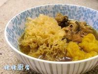 姬松茸黃耳煲雞湯