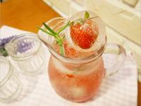 免熬糖漿「草莓氣泡水」一根叉子就完成 ♡