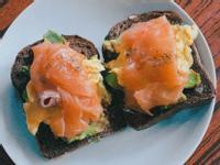 早餐* 煙三文魚牛油果炒蛋黑麵包