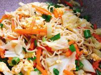 蔬菜多多雞蛋炒麵/清冰箱料理