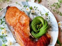 味噌蜂蜜鮭魚佐酪梨玫瑰花