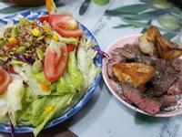 藜麥沙拉+香煎馬鈴薯+牛排餐